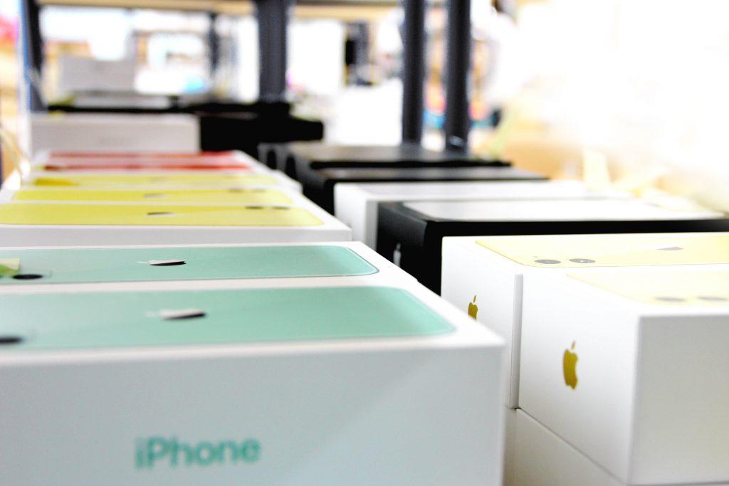 gebrauchte Apple iPhones im Regal
